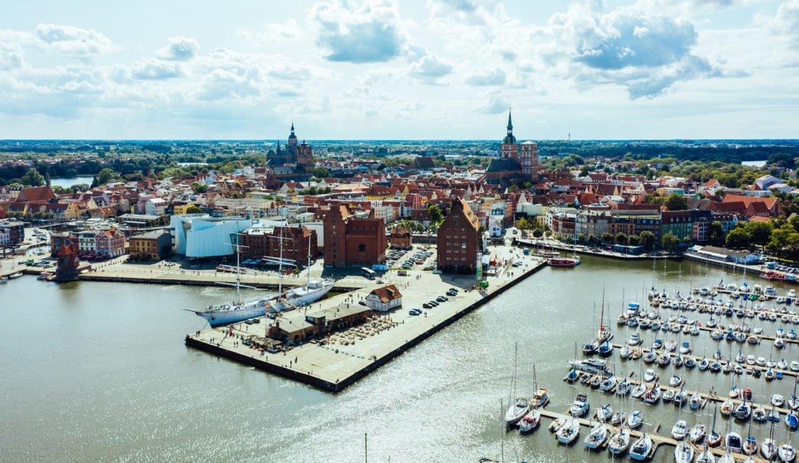 Leuchtend rote Backsteinbauwerke prägen den historischen Kern von Stralsund © TMV/Gänsicke