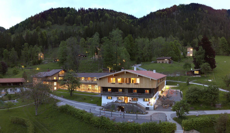 Der Tannerhof schlängelt sich wie ein kleines Dorf durch die Berge © Rainer Hoffmann