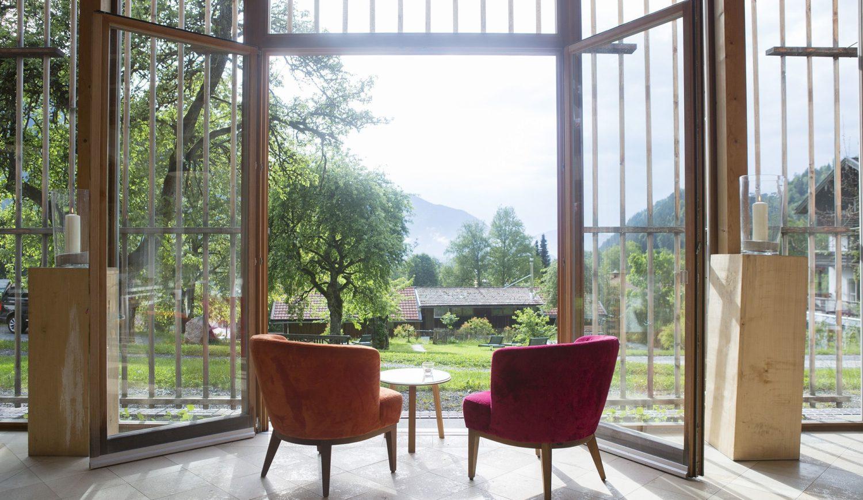 Durch die deckenhohen Fenster strömt viel Licht in die gemütliche Orangerie © Ann-Kathrin Singer