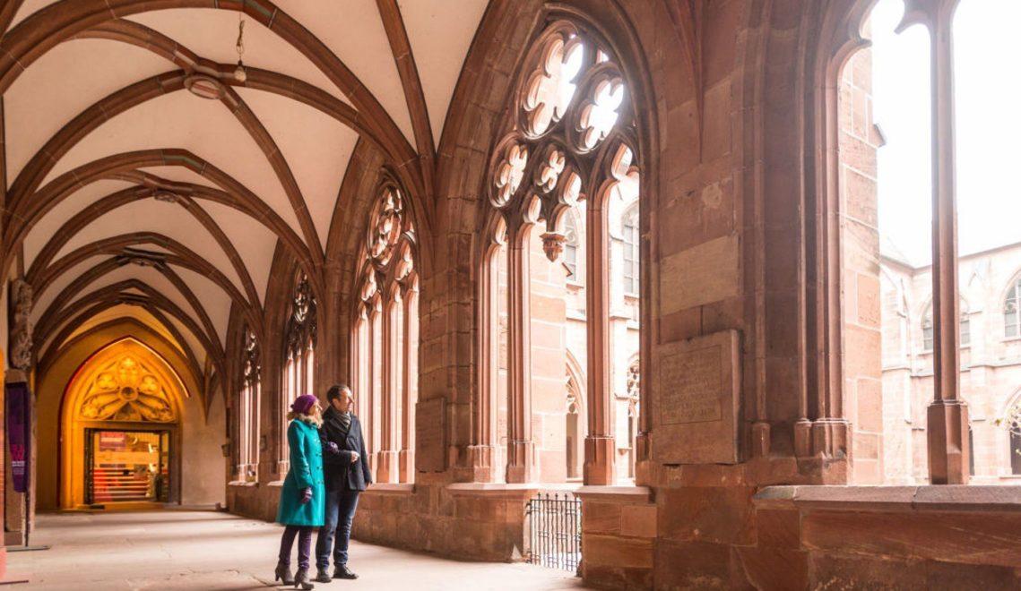 Spaziergang durch den Kreuzgang beim Mainzer Dom