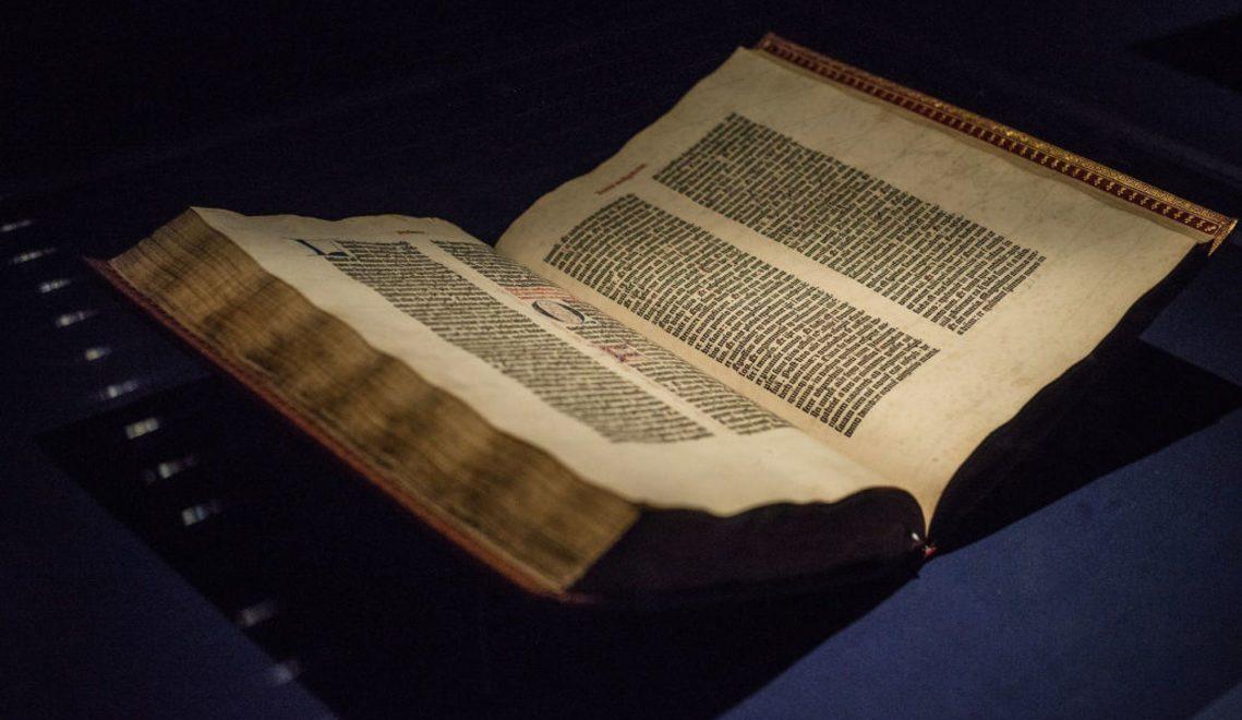 Die Gutenberg-Bibel im Gutenberg-Museum in Mainz