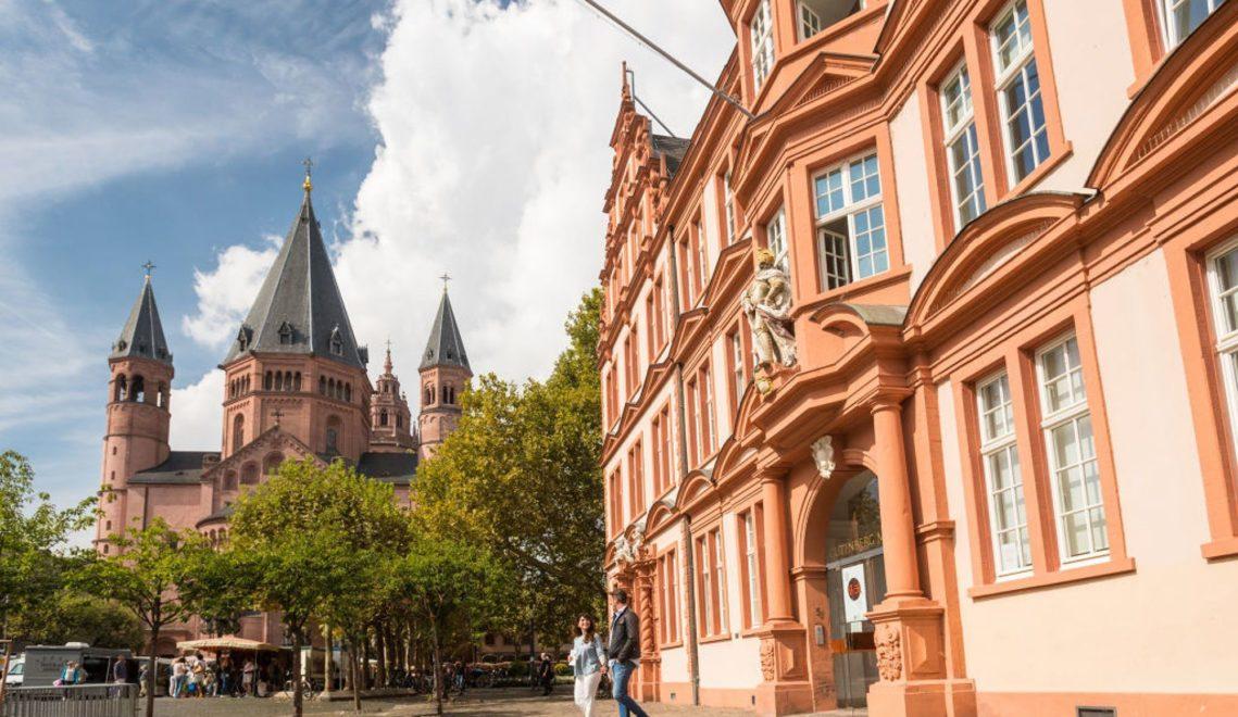 Das Gutenberg-Museum liegt direkt beim Dom