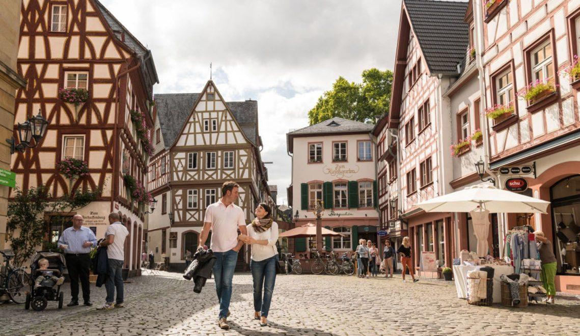 Paar beim Bummel durch die Mainzer Altstadt