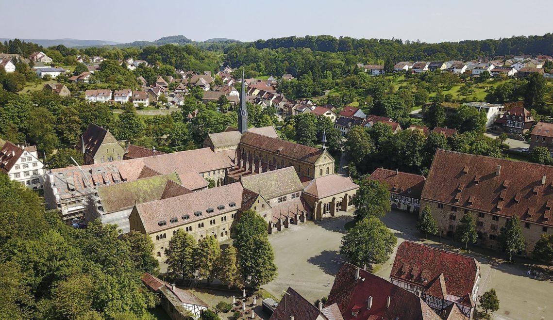 Kleine Läden, das Rathaus und eine Schule – das Kloster ist auch heute noch fester Bestandteil des Maulbronner Alltags © cmr – Joachim Negwer