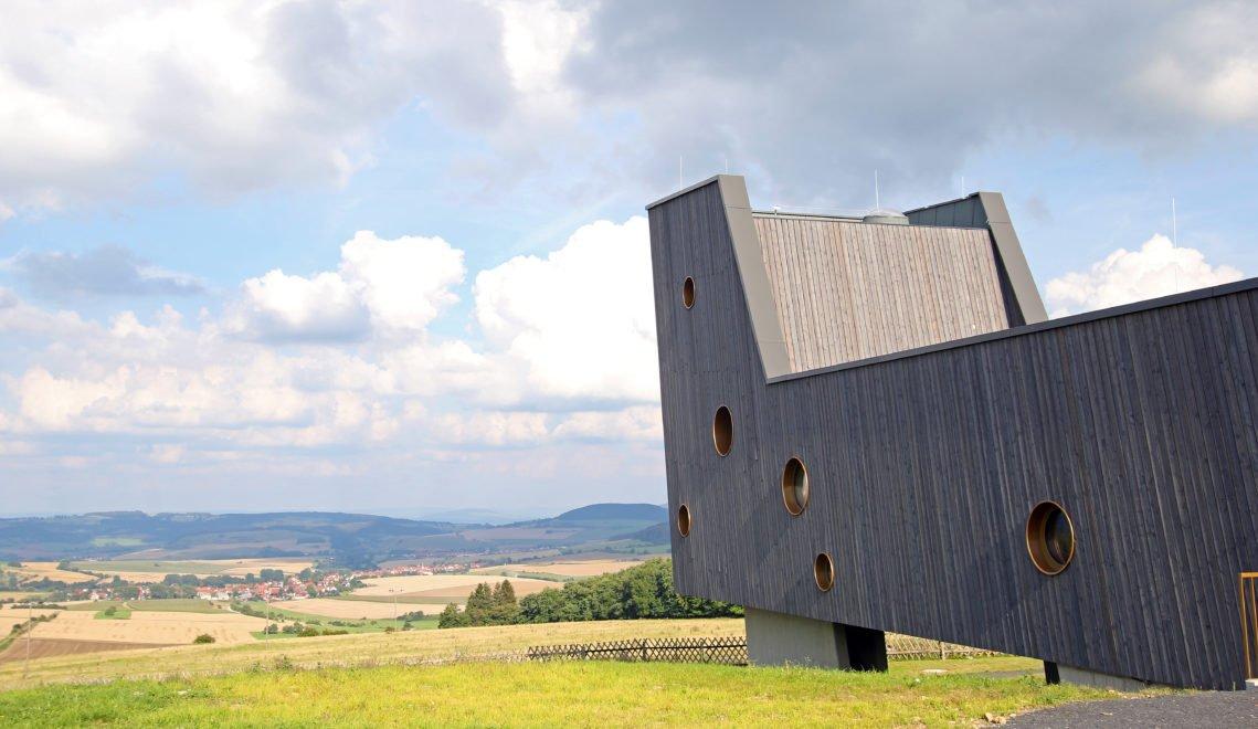 Das Besucherzentrum Arche Rhön sieht aus wie ein gestrandetes Schiff © Christiane Würtenberger / CMR