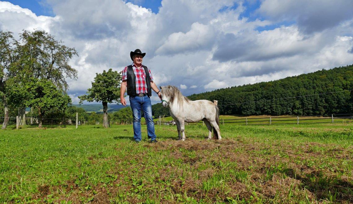 Lutz Heidinger von der Stockborn Ranch mit Pony © Christiane Würtenberger / CMR
