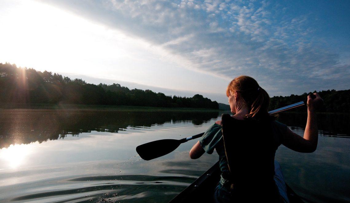 Mystische Stimmung während einer Solo-Kanutour am Morgen in der Uckermark © TMB-Fotoarchiv / Hendrik Silbermann