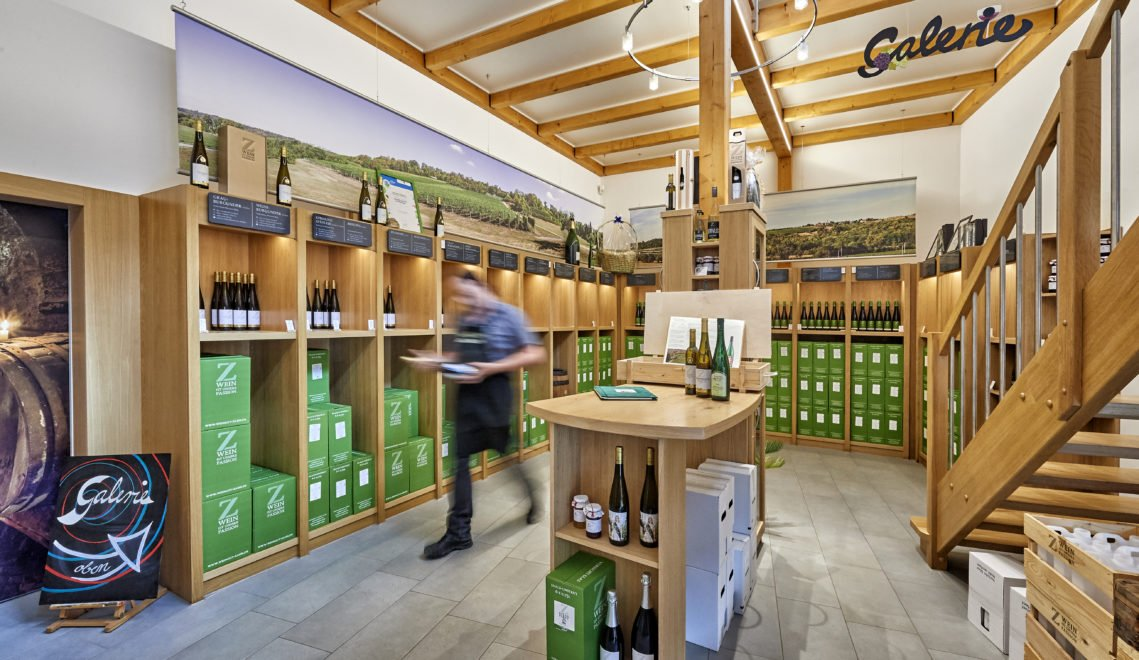 Gegenüber vom Weingut befindet sich die Vinothek, in der ihr euch nach Herzenslust durch die erlesenen Tropfen probieren könnt © Florian Trykowski / Thüringer Tourismus GmbH