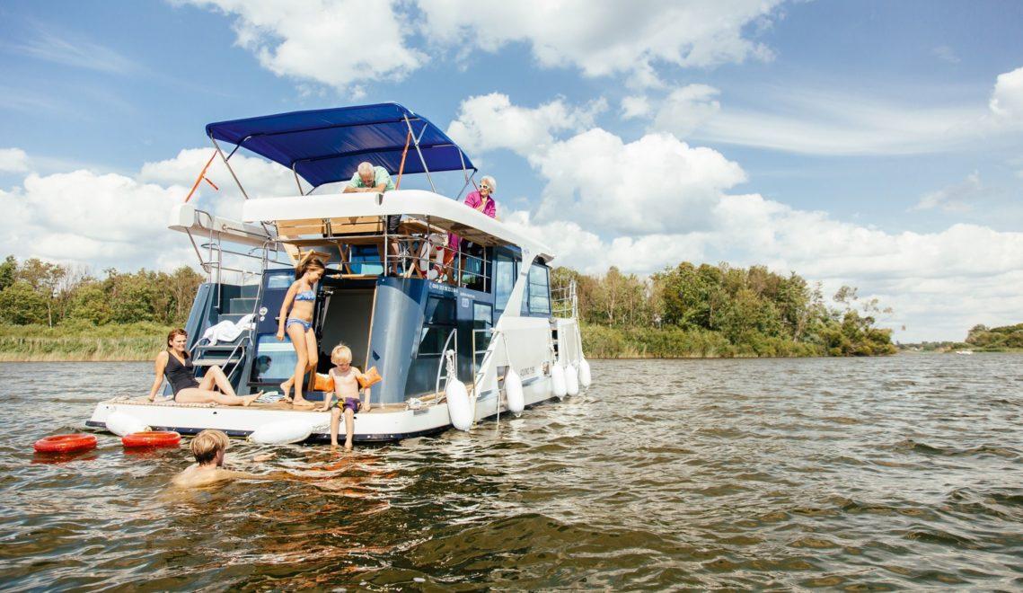 Beim Urlaub auf dem Hausboot lässt sich die Mecklenburgische Seenplatte prima erkunden © Timo Roth