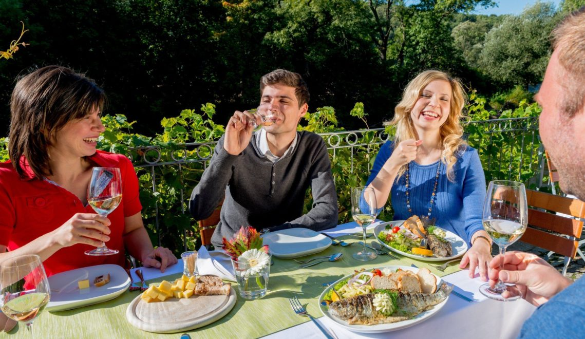 Highlight im Restaurant sind die frische gegrillten Forellen, die aus der Saale stammen © Christoph Keller / Thüringer Tourismus GmbH