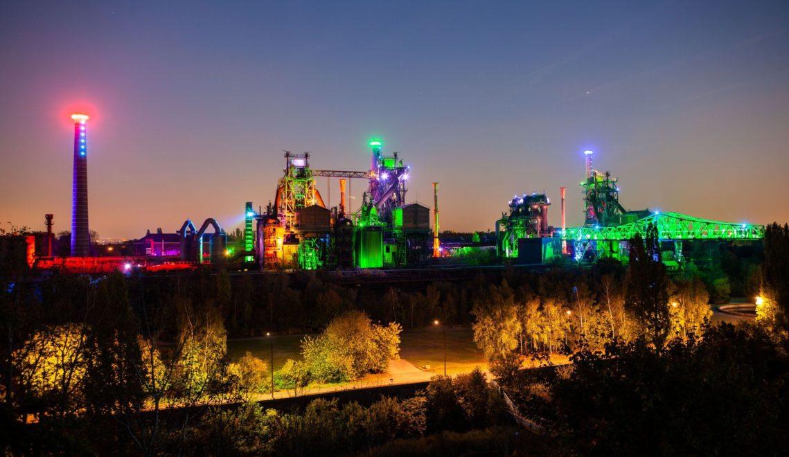 Aufwendig illuminiert wirkt die Duisburger Industrieanlage nicht wie ein Relikt vergangener Zeiten – sondern wie ein Raumschiff aus der Zukunft