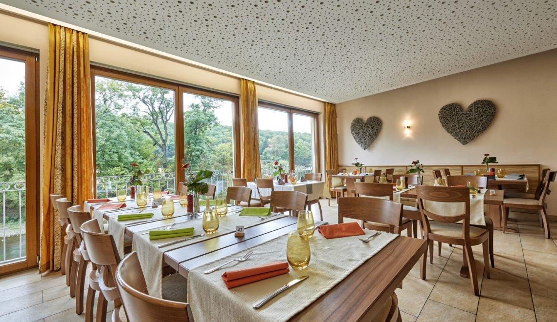 Das Restaurant ist hell, freundlich und mit vielen Naturmaterialien gestaltet © Florian Trykowski / Thüringer Tourismus GmbH