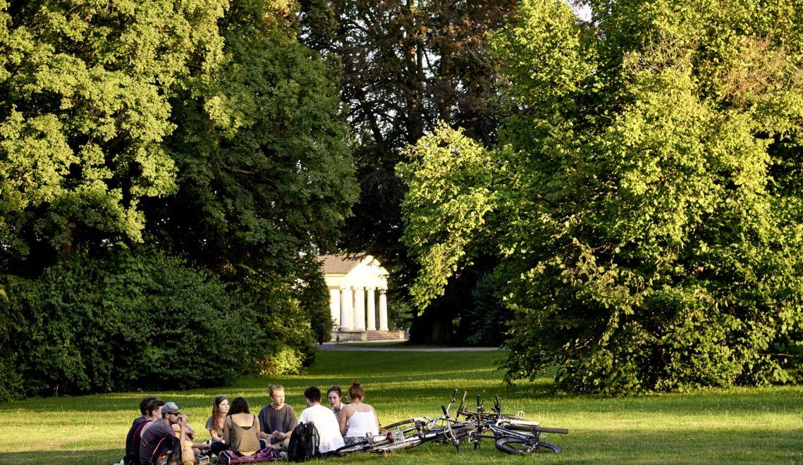 Einst feierten die Studierenden am Staatlichen Bauhaus wilde Partys im Park an der Ilm – heute geht's hier im Allgemeinen entspannt zu © Samuel Zuder / Thüringer Tourismus GmbH