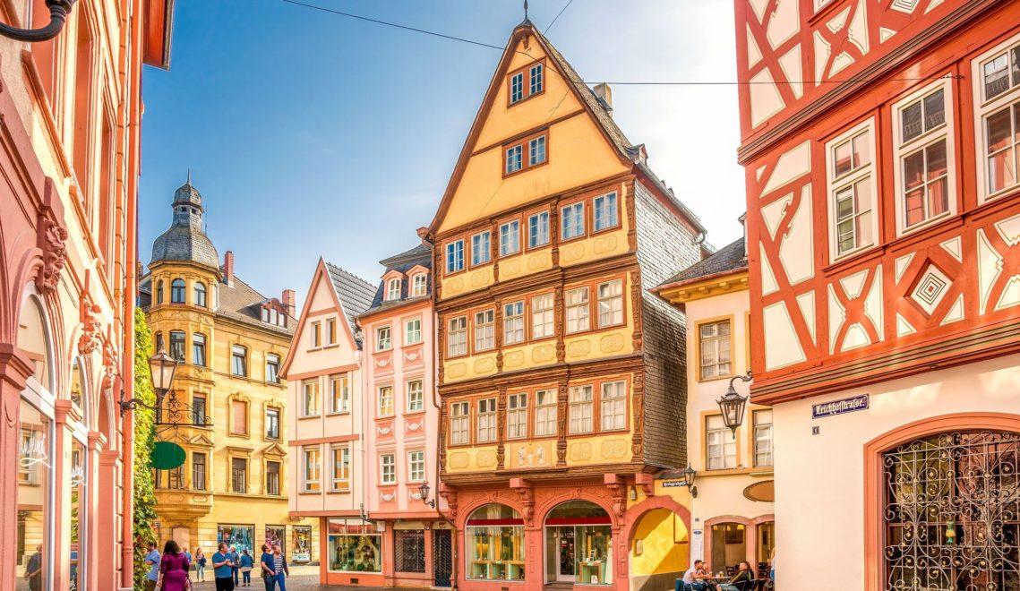 Die Fachwerkfassaden in Mainz sind mit viel Liebe zu ornamentalen Details renoviert worden