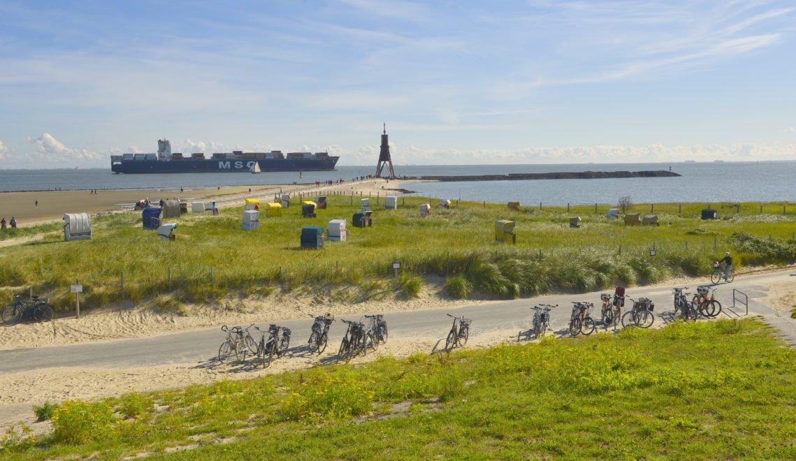 Guter Platz für Schiff-Spotter – Strand mit Kugelbake in Cuxhaven © Dieter Schinner