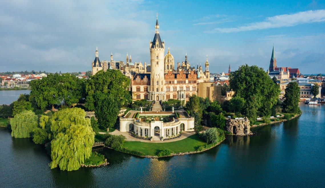 Liegt auf einer Insel inmitten der Stadt – das pompöse Schloss Schwerin © Felix-Gänsicke