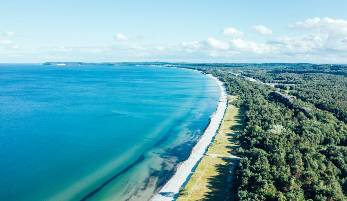 Der Strand von Prora ist relativ schmal, aber sehr lang und feinsandig © TMV/Gänsicke