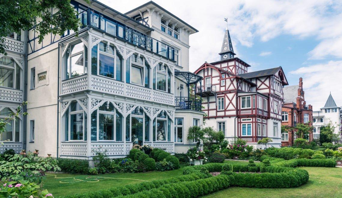 An der Strandpromenade von Binz stehen diese Villen in schönster Bäderarchitektur © Andreas [FranzXaver] Süß