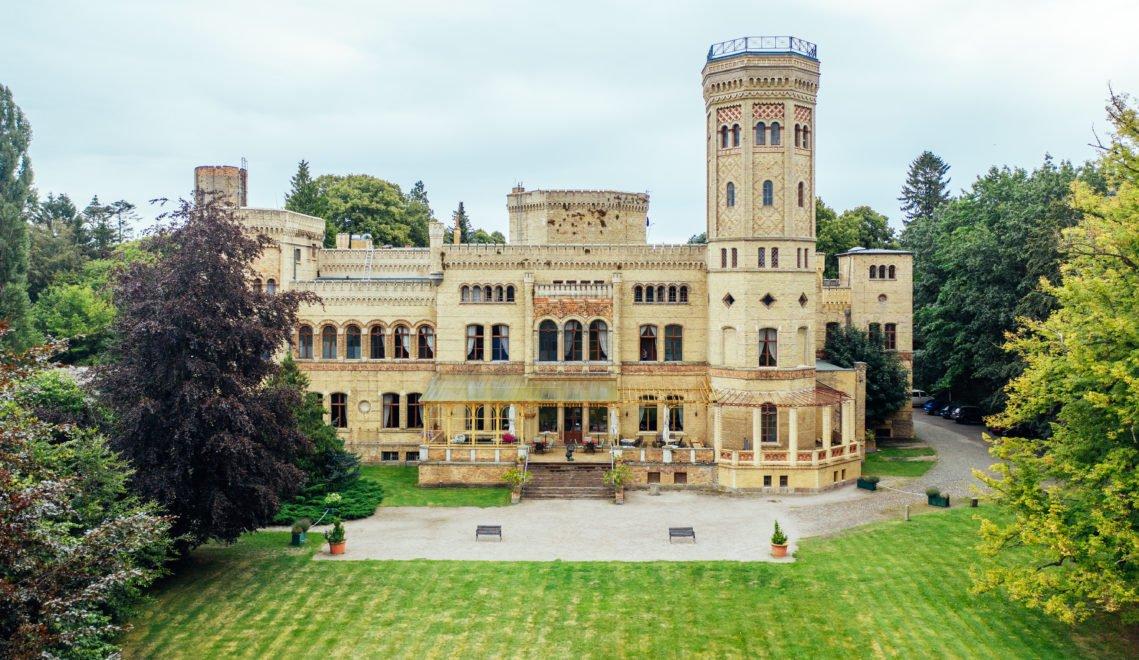 Auch im Peenetal stehen prächtige Bauten, hier das Hotel Schloss Neetzow © TMV/Gänsicke