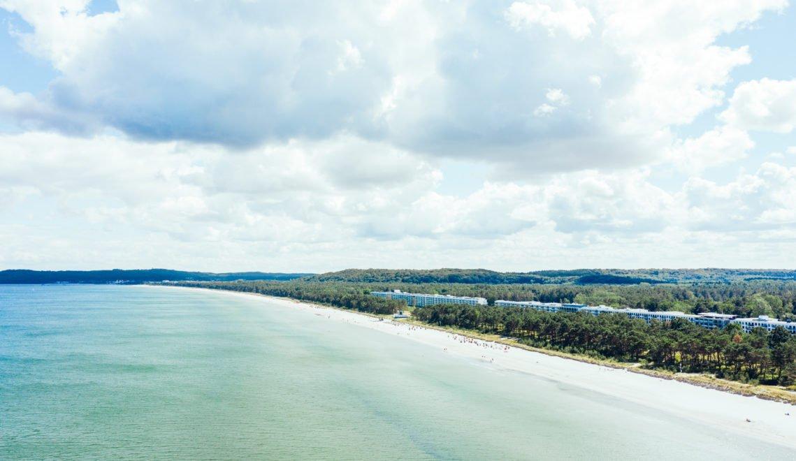 """Im Wald hinter dem Strand stehen die Betonklötze des """"Koloss von Prora"""" © TMV/Gänsicke"""