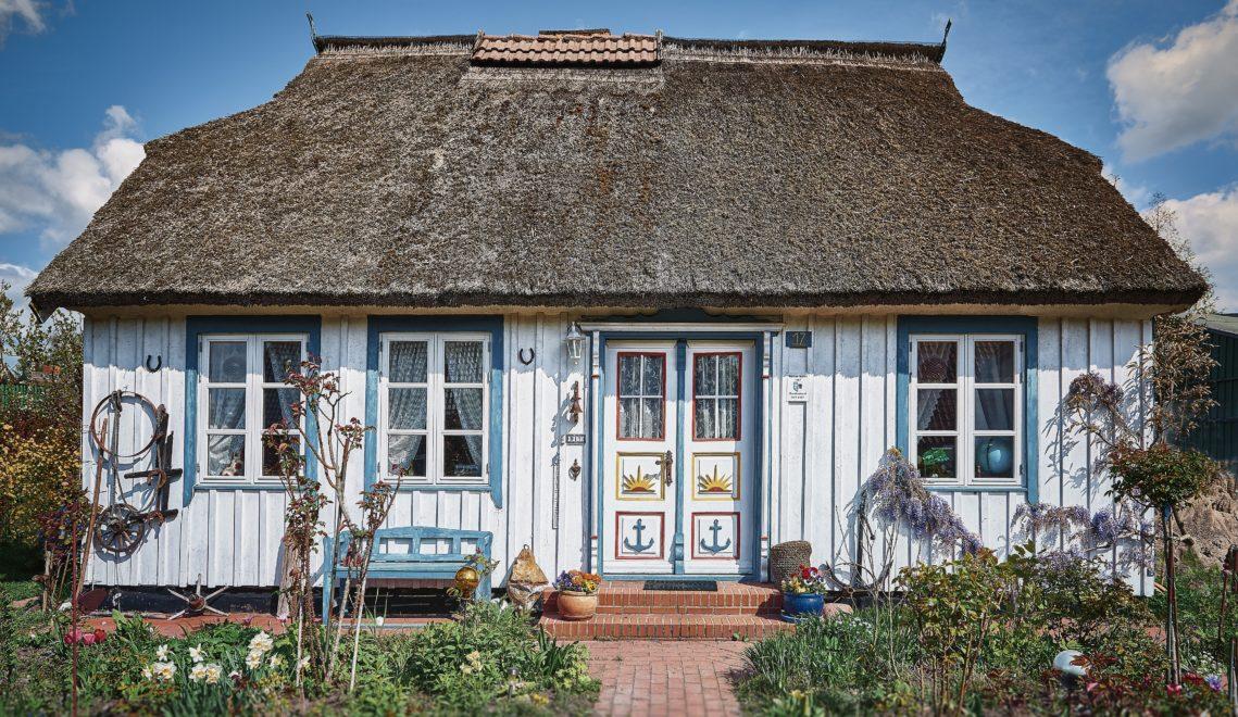 Viele Reetdachhäuser auf dem Darß sind mit den traditionellen, bunt bemalten Türen geschmückt © TMV/pocha.de