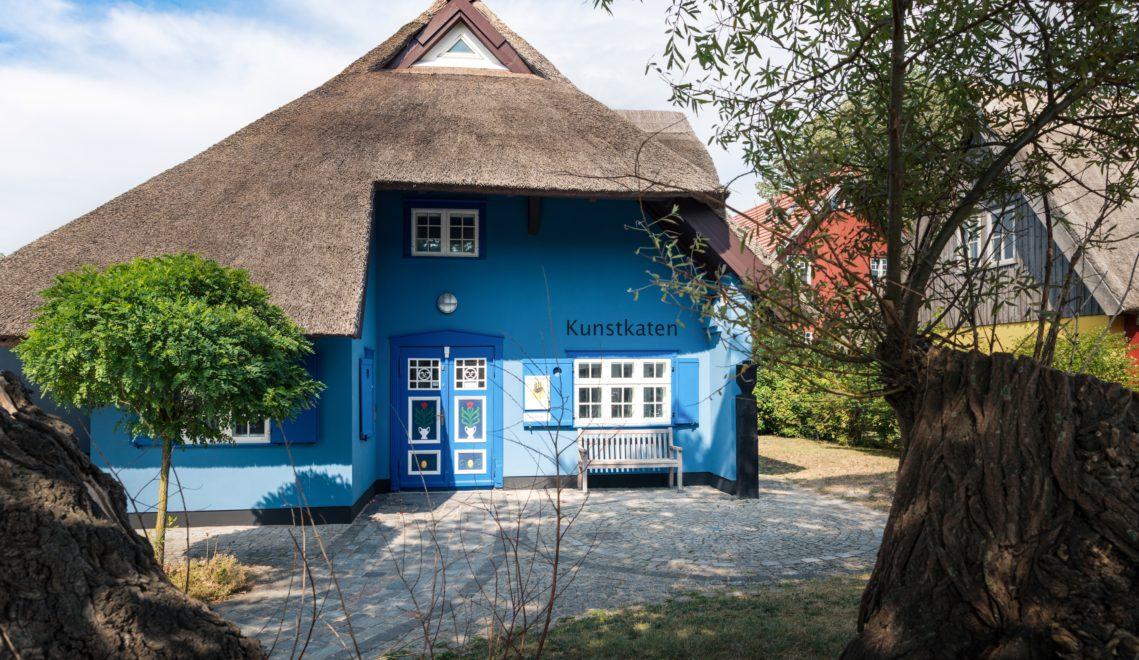 Der reetgedeckte Kunstkaten in Ahrenshoop zählt zu den ältesten Galerien der Region © xxx