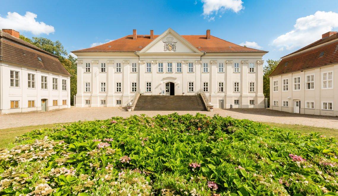 Schloss Hohenzieritz südwestlich von Neubrandenburg wurde im frühklassizistischen Stil erbaut © TMV/Kirchgessner