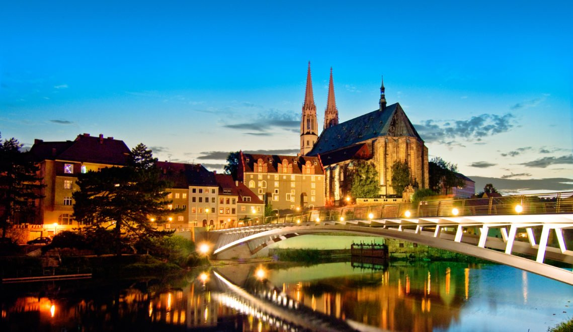 Görlitz leuchtet bei Nacht, hier die Peterskirche und Brücke über die Neiße © EGZ