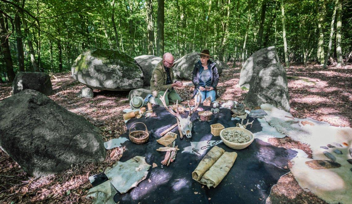 Die Archäologin Dr. Staude erzählt bei Ihren Workshops viel zum Thema Steinzeit © TMV/Tiemann