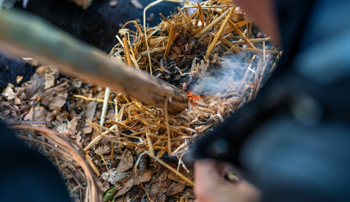 Zündeln mit Feuerstein, auch das gehört zu den Archäologie-Workshops © TMV/Tiemann