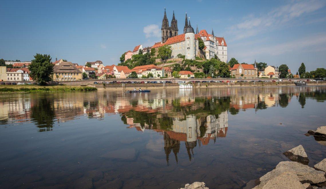 Meissens Albrechtsburg spiegelt sich in der Elbe © S. Rose