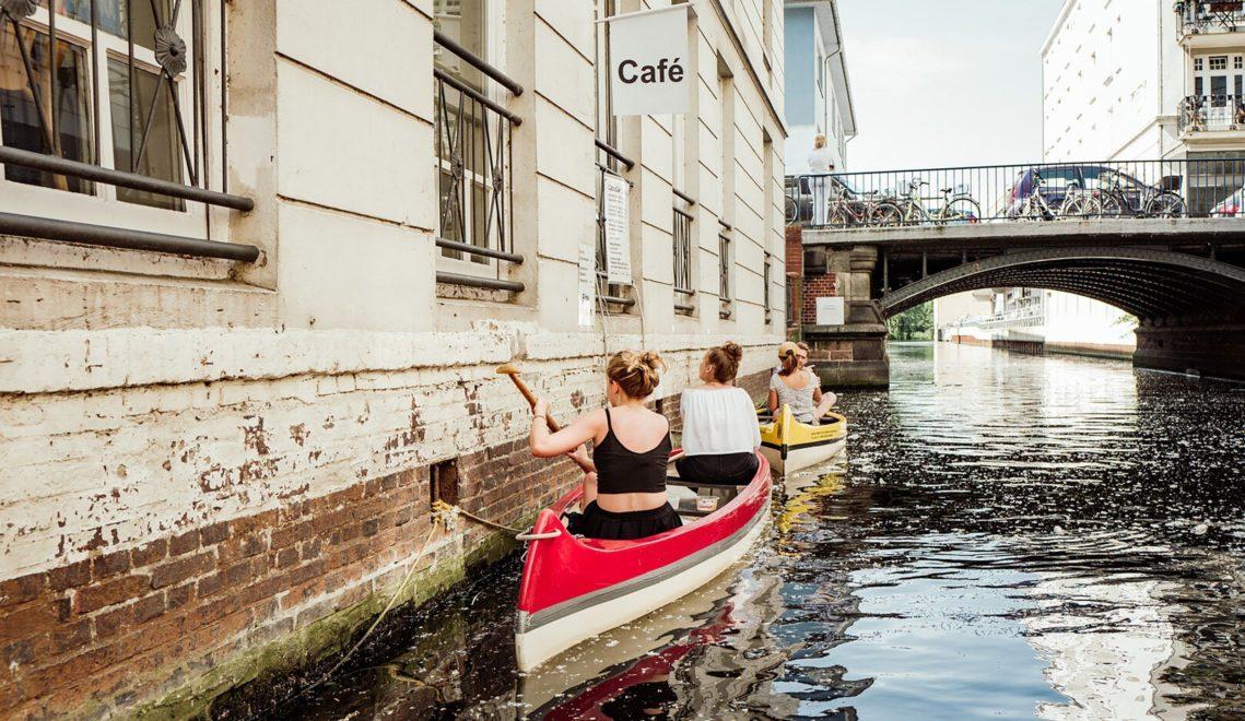 Am Café Canale gibt es Kaffee und Kuchen direkt ins Boot © mediaserver.hamburg.de, Geheimtipp Hamburg