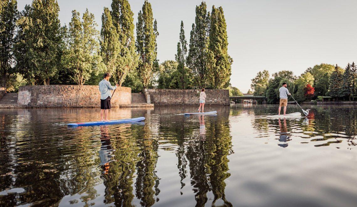 Wem Tretboot und Kanu auf der Alster zu gediegen sind, kann auch mit dem Stand-Up-Paddle-Board über den Fluss schippern © mediaserver.hamburg.de, Geheimtipp Hamburg