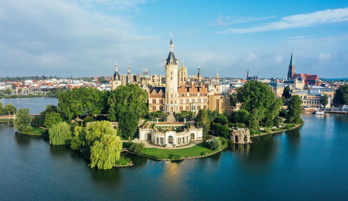 Märchenschloss am See – der Bau zählt zu den Prunkstücken des romantischen Historismus in Europa © Felix Gänsicke
