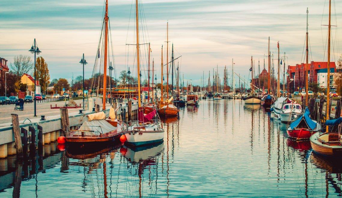 Am Abend taucht der Greifswalder Hafen in ein ganz besonderes Licht, das schon Caspar David Friedrich zu Lebzeiten faszinierte © Wally Pruss