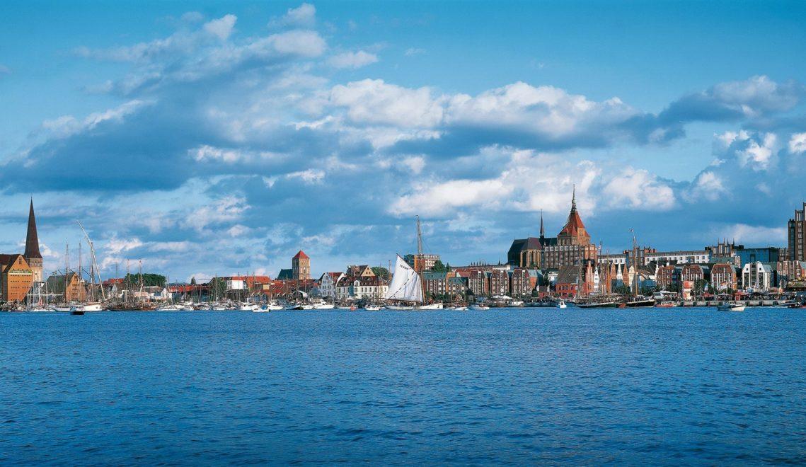 Bei einem Segeltörn hat man Rostocks Altstadt im Blick