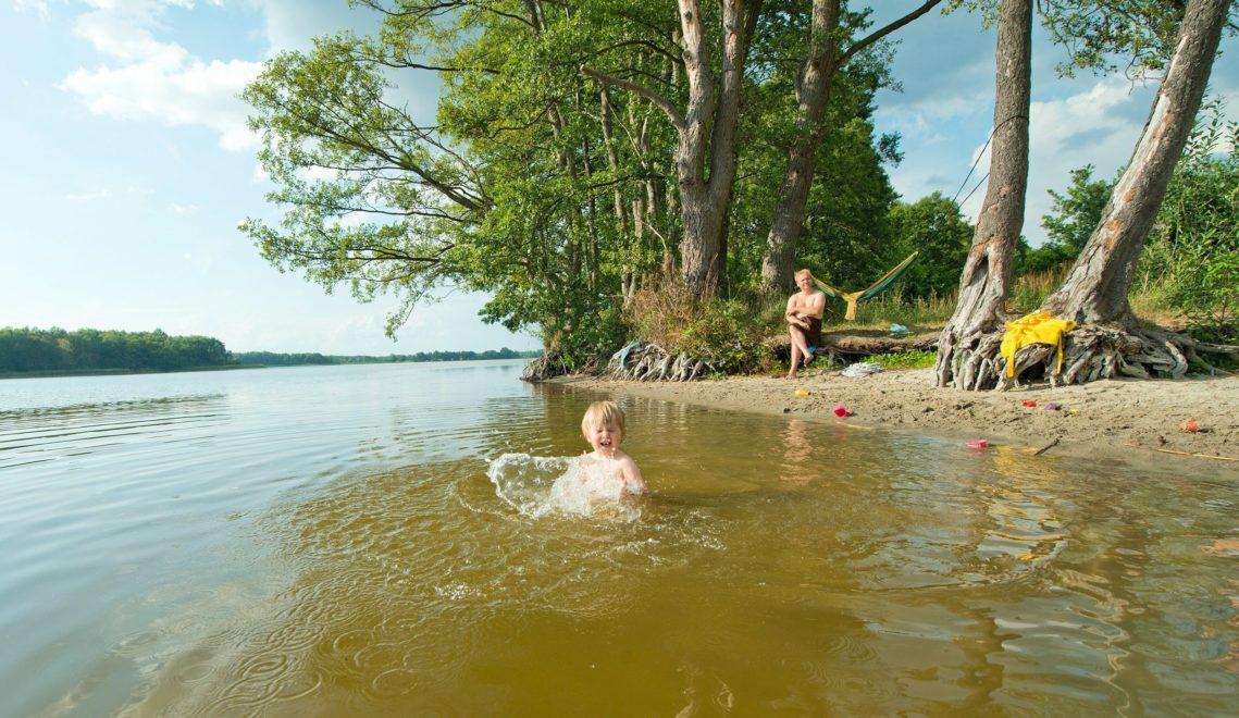 Dank flacher Einstiege eignen sich viele Seen auch für den Badeurlaub mit den Jüngsten © Christin Drühl