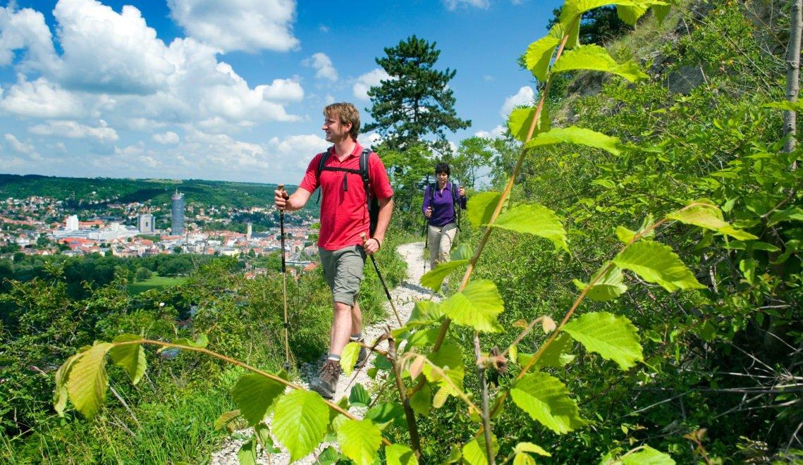 Die SaaleHorizontale führt über teils schmale Pfade durch die Landschaft an beiden Saaleufern © JenaKultur, Foto: F. Meyst
