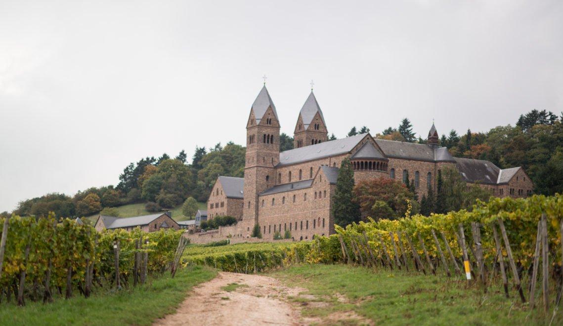 In vielen Klöstern der Region wird seit Jahrhunderten Wein erzeugt – wie hier in der Abtei St. Hildegard © HA Hessen Tourismus