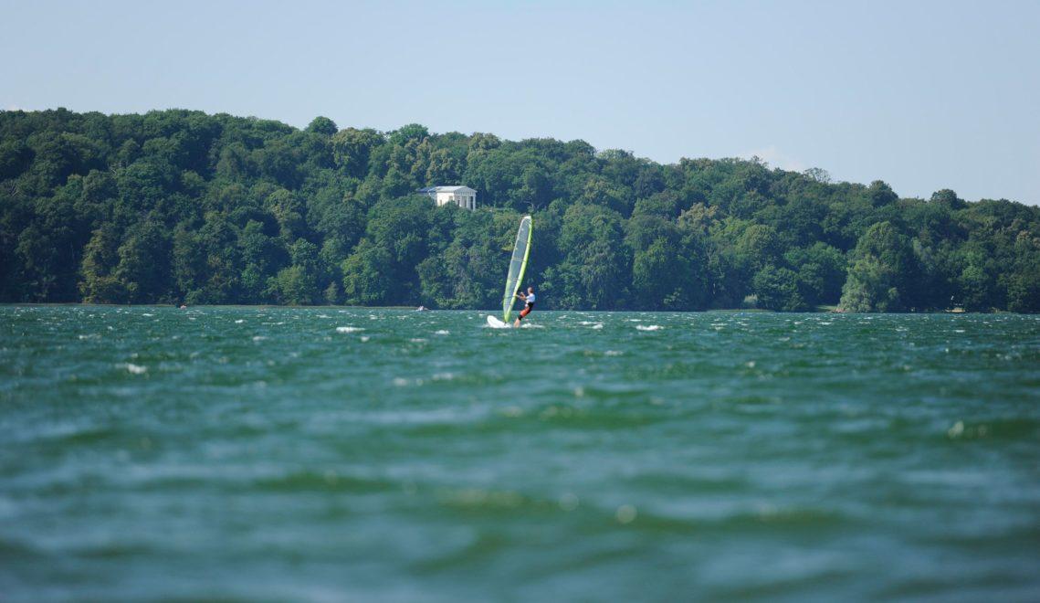 Für Wassersportfreunde gibt es zahlreiche Aktivitäten auf den Seen, etwa hier am Tollensesee ©Christin Drühl