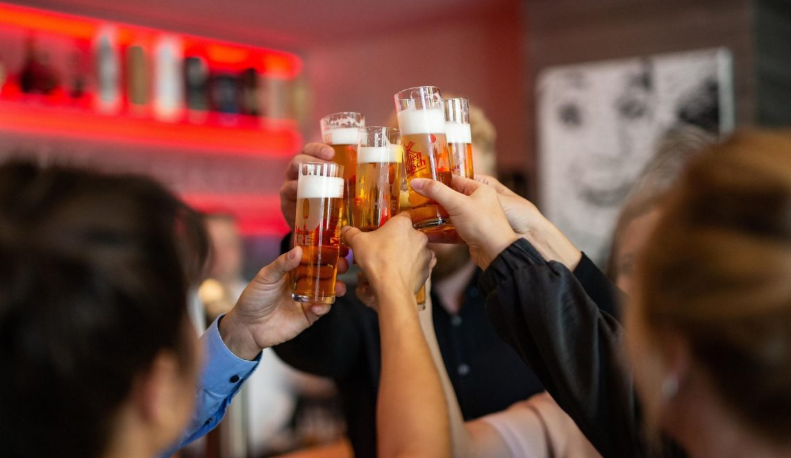 """""""Drink doch ejne met!"""" hört man in vielen Kölner Kneipen © Tourismus NRW e.V."""