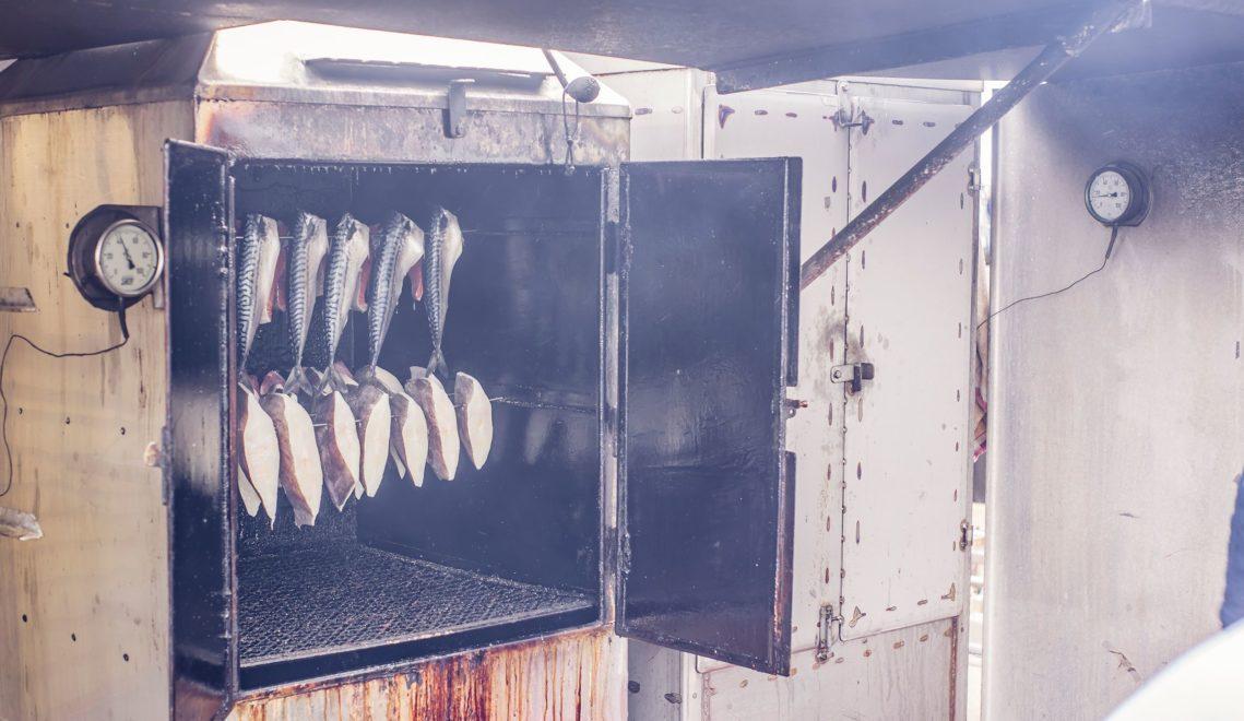 Im Räucherofen erhält der fangfrische Fisch eine besondere Geschmacksnote © TVV/Philipp Schulz