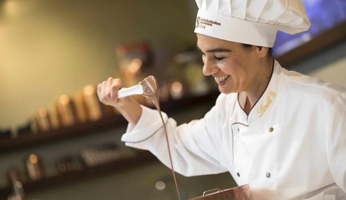Maître Aiga Müller zeigt im Schokoladenmuseum, wie die süßen Köstlichkeiten entstehen © Tourismus NRW, R. Sondermann