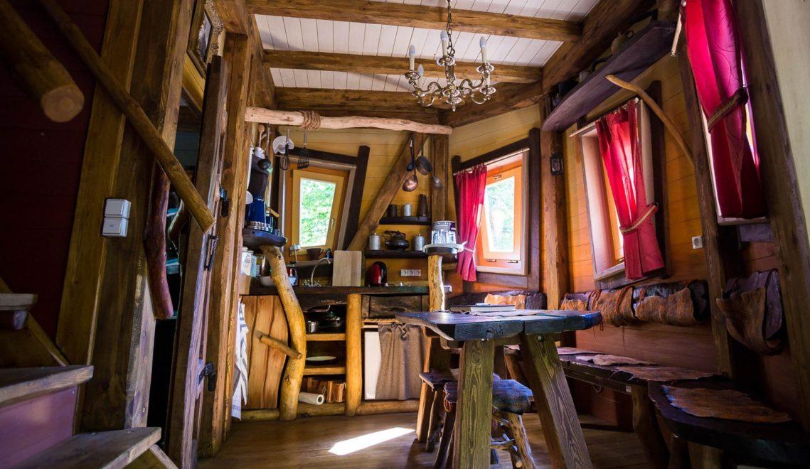 Im Inneren ist das Baumhaus der Forscherhütte von Alexander von Humboldt nachempfunden
