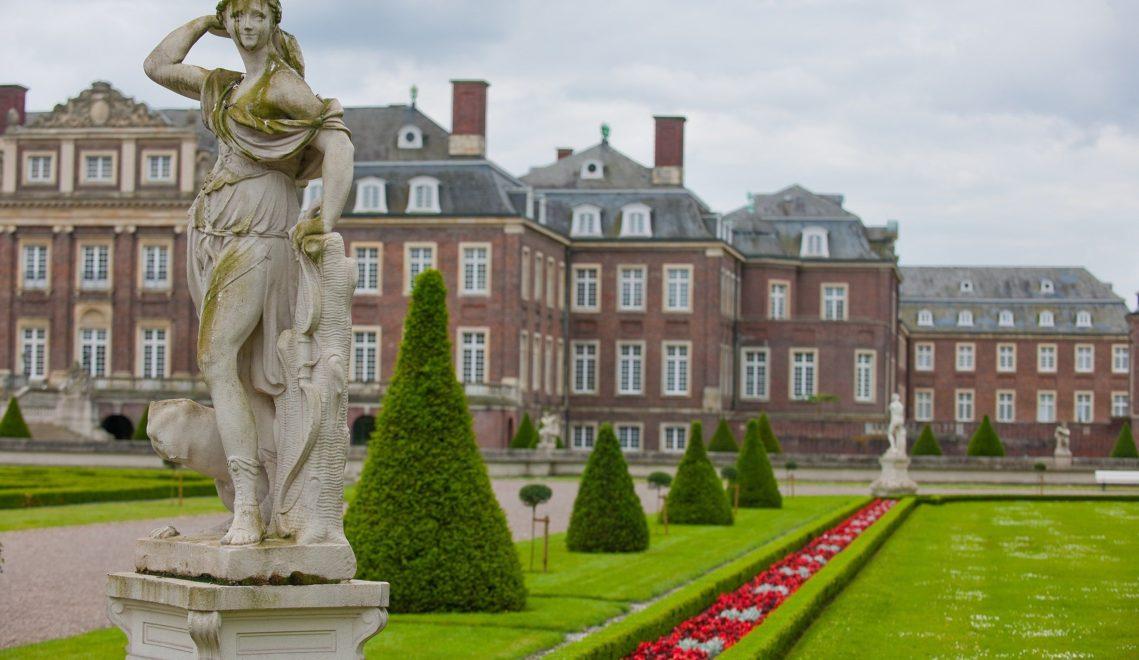 23 Alleen durchziehen den nach französischem Vorbild gestalteten Park von Schloss Nordkirchen. 385 Skulpturen stehen in dem barocken Landschaftsgarten ©Oliver Franke, Tourismus NRW e.V.