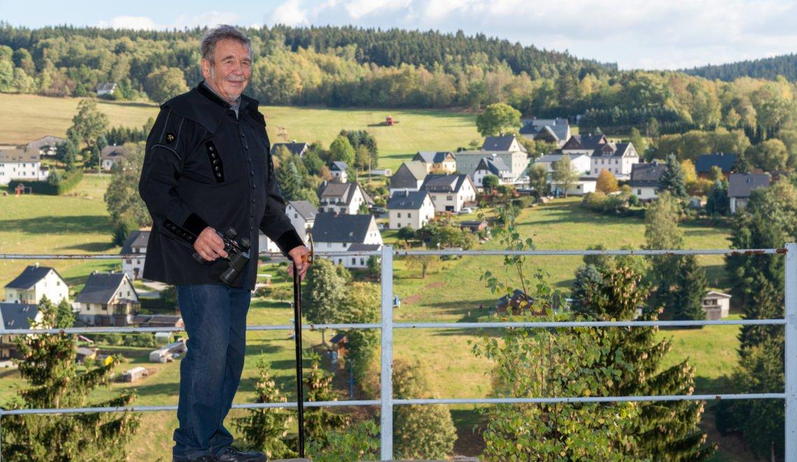 Siegfried Martin genießt den Blick vom Aussichtsfelsen Blauer Stein © Andreas Krone