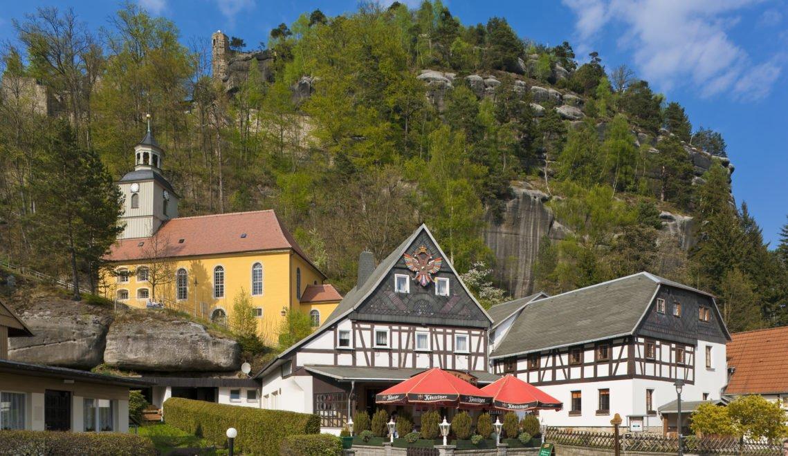 Über das Dorf Oybin wacht der gleichnamige Felsen mit seiner Burg und dem Kloster © Sylvio Dittrich