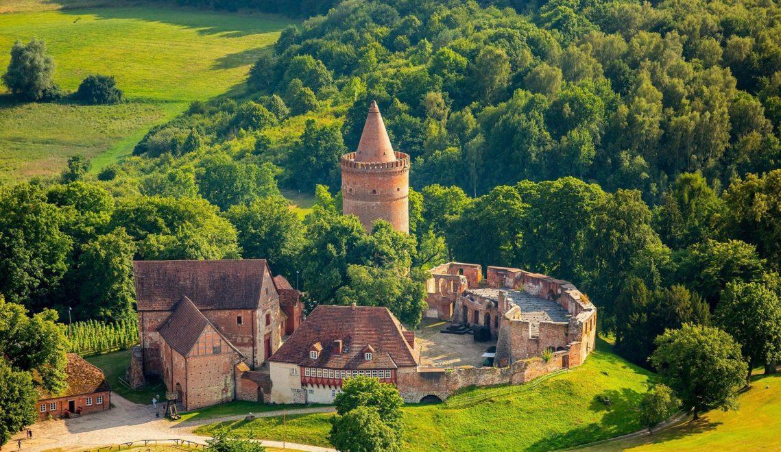 Die Burg Stargard aus dem 13. Jahrhundert ist die nördlichste Höhenburg Deutschlands und liegt rund 90 Meter über der gleichnamigen Stadt © 2016 foto@luftbild-blossey.de