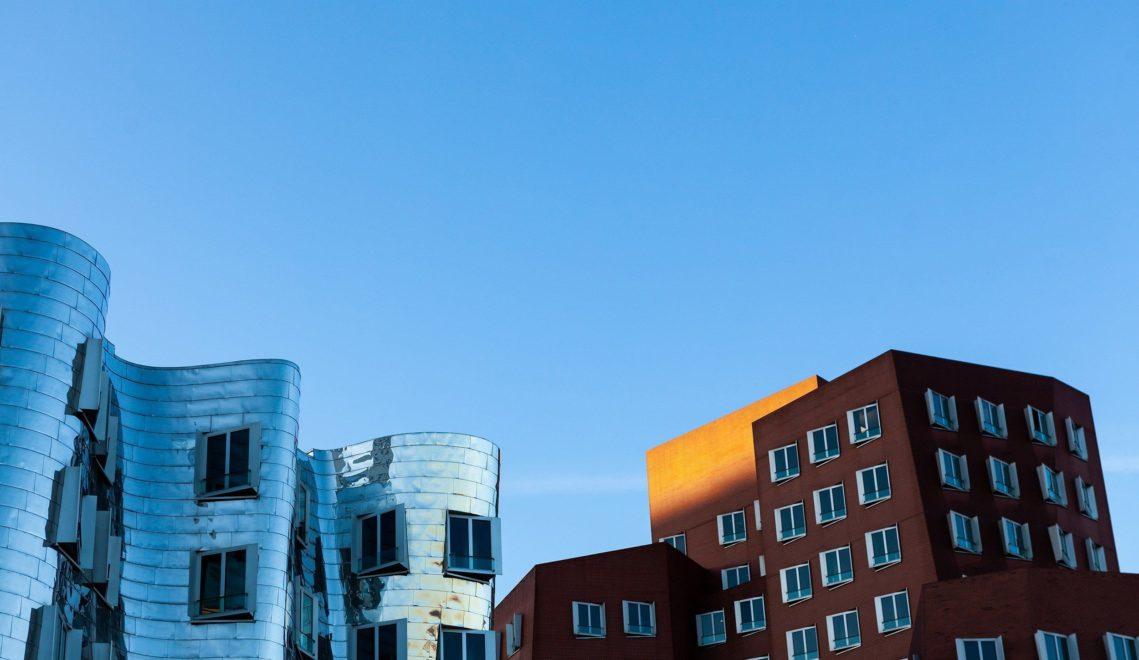 Markenzeichen im Medienhafen: die schiefen Fassaden im Neuen Zollhof vom amerikanischen Stararchitekten Frank O. Gehry © Tourismus NRW e.V.