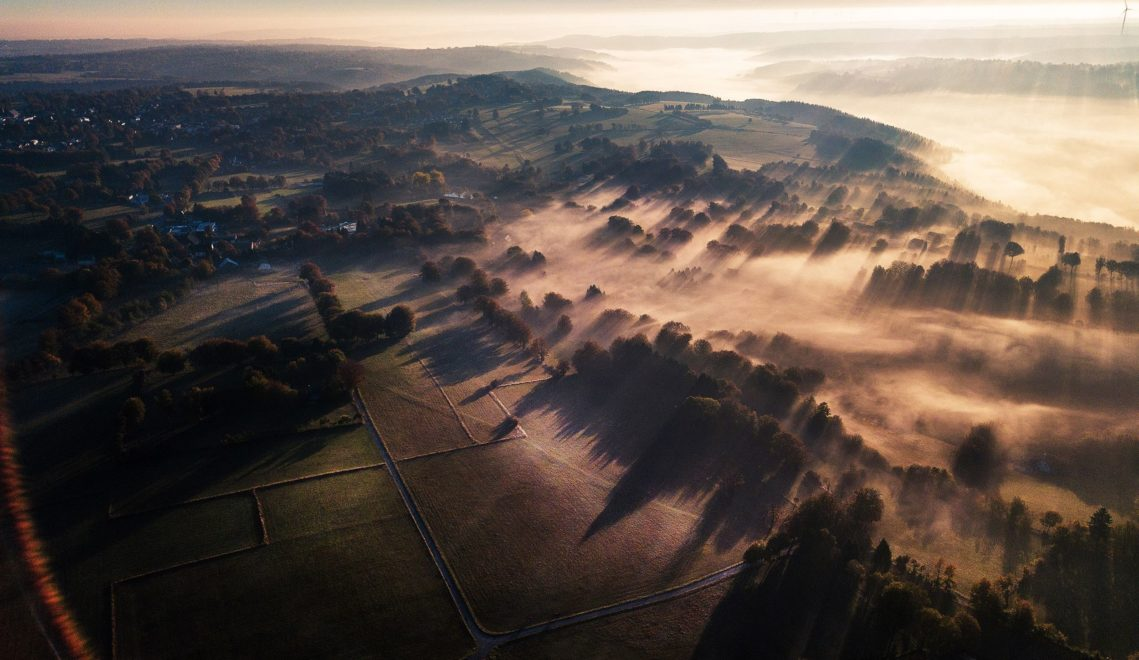 Mystische Morgenstimmung beim Sonnenaufgang über der Eifel © Tourismus NRW e.V.